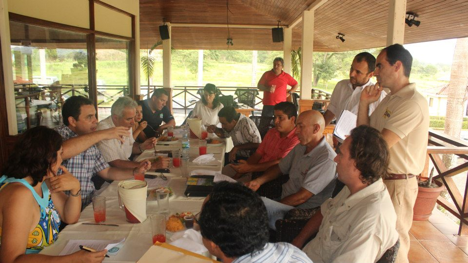 Councilman speaks at meeting / Regidor comenta durante reunión